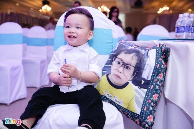 Diem Huong tu lai o-to dua con trai di su kien hinh anh 8