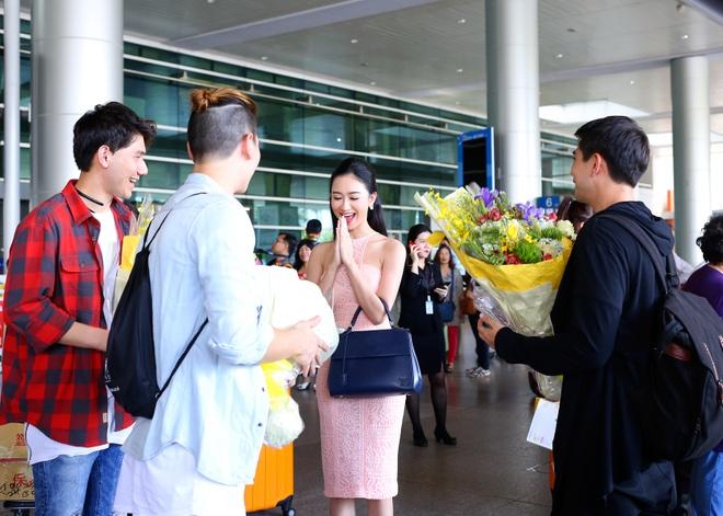 A hau Ha Thu ra san bay don nhom nhac Thai Lan hinh anh 3