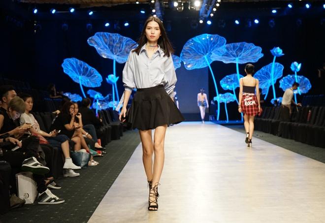 Thanh Hang dien 'cay den' sanh dieu tap catwalk hinh anh 3