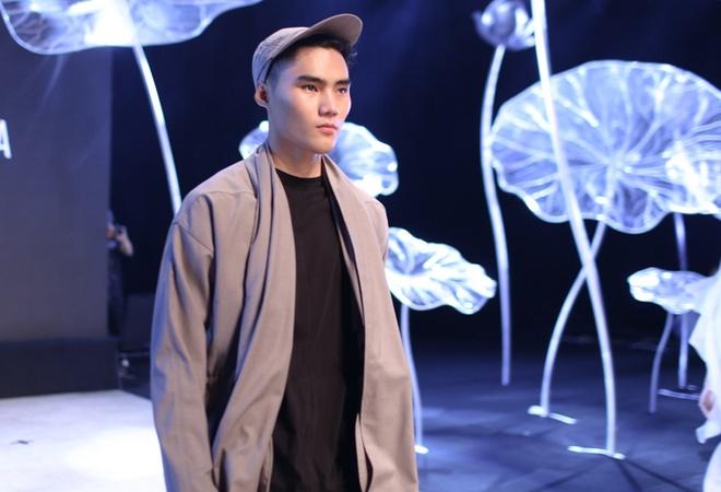 Thanh Hang dien 'cay den' sanh dieu tap catwalk hinh anh 6
