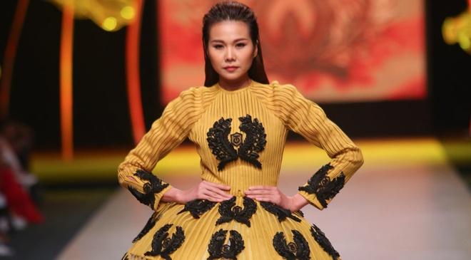 Thanh Hang dien vay bong benh kieu sa catwalk hinh anh