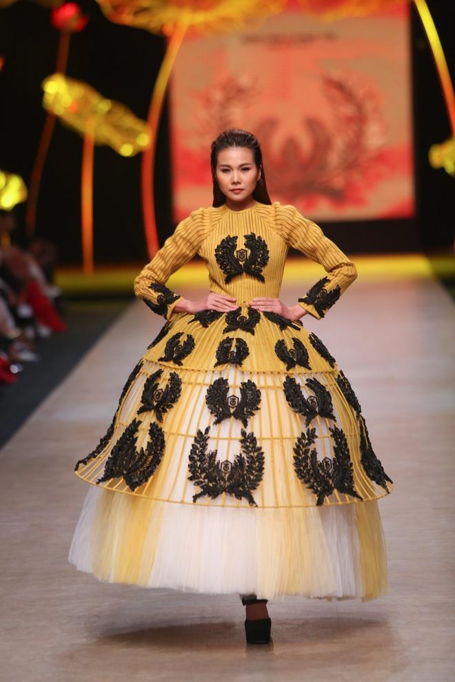Thanh Hang dien vay bong benh kieu sa catwalk hinh anh 1