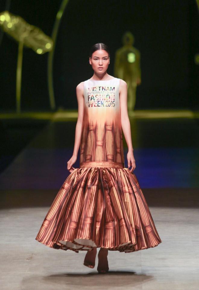 Thanh Hang dien vay bong benh kieu sa catwalk hinh anh 2