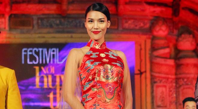 Lan Khue dien ao dai gam duyen dang o Festival Hue hinh anh