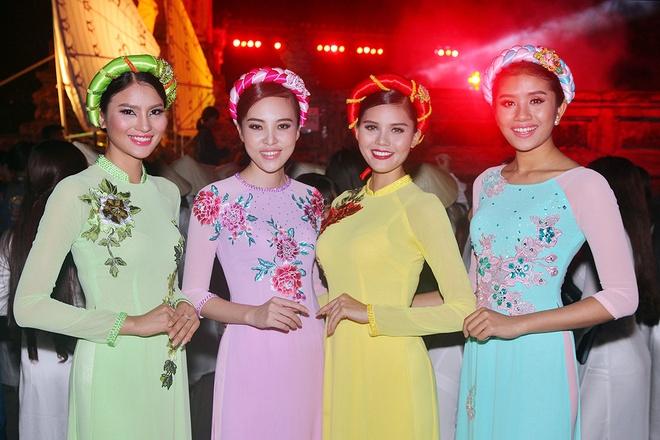 Lan Khue dien ao dai gam duyen dang o Festival Hue hinh anh 9