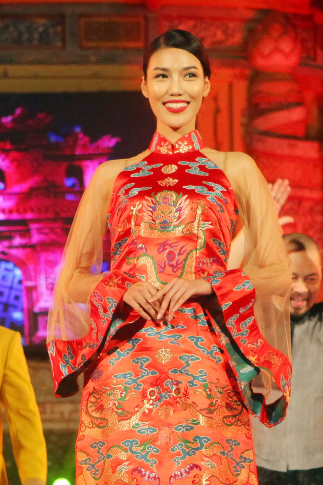 Lan Khue dien ao dai gam duyen dang o Festival Hue hinh anh 2