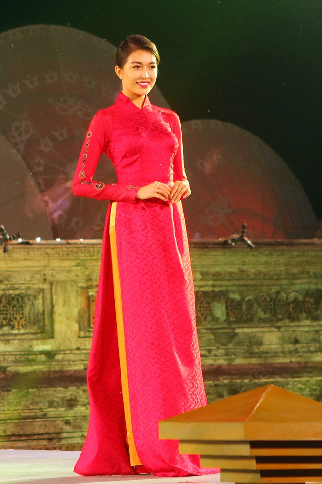 Lan Khue dien ao dai gam duyen dang o Festival Hue hinh anh 8