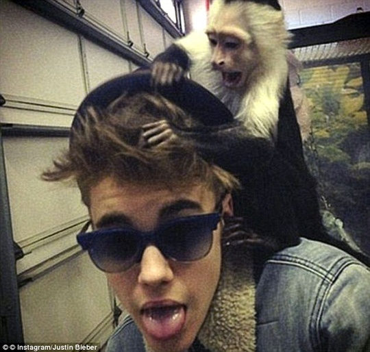 Khoe anh chup cung ho, Justin Bieber bi chi trich hinh anh 2