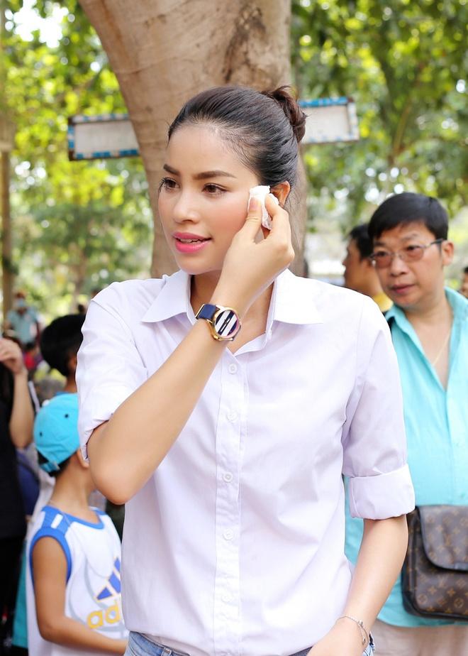 Pham Huong dien so-mi trang di lam tu thien hinh anh 5