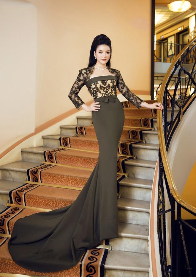 Ly Nha Ky dien vay xuyen thau tren tham do Cannes hinh anh 1