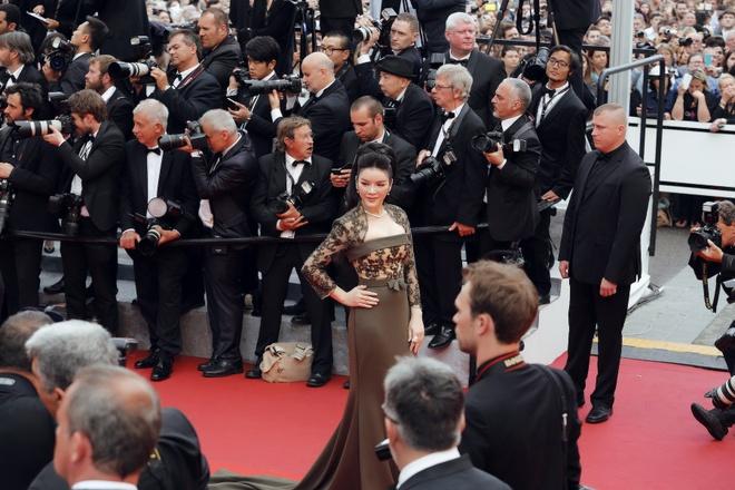 Ly Nha Ky dien vay xuyen thau tren tham do Cannes hinh anh 7
