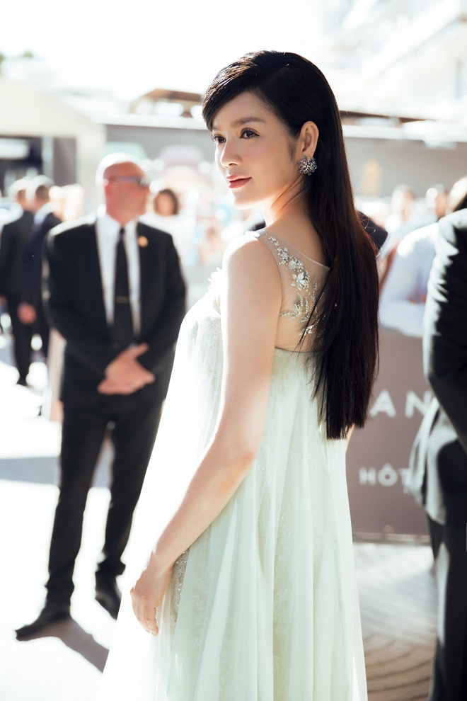 Ly Nha Ky thu hut ong kinh tren tham do Cannes hinh anh 4