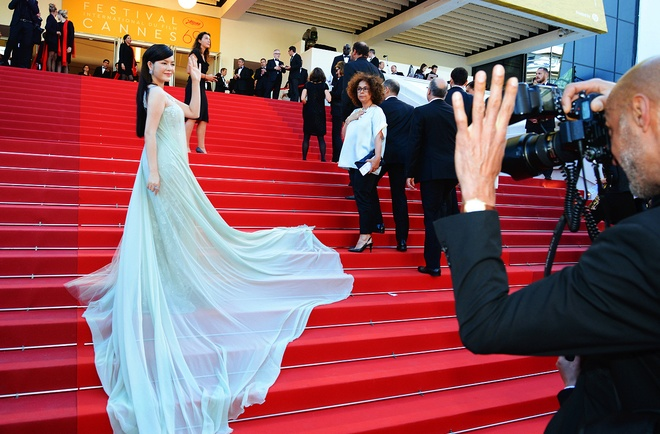 Ly Nha Ky thu hut ong kinh tren tham do Cannes hinh anh 7