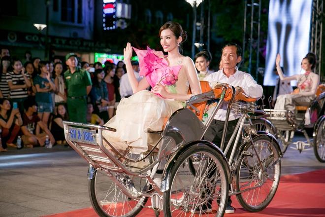 Luong The Thanh cham soc ba xa Thuy Diem trong show dien hinh anh 5