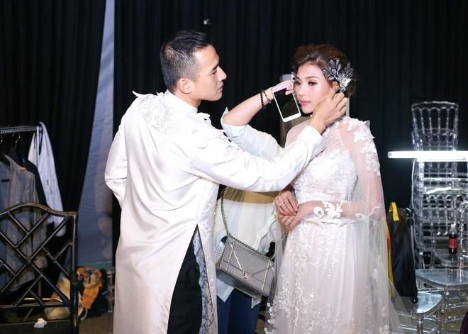 Luong The Thanh cham soc ba xa Thuy Diem trong show dien hinh anh 3