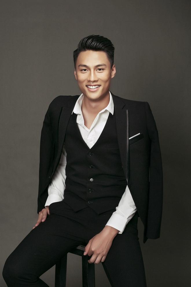 Mac Hong Quan banh bao voi vest va so-mi hinh anh 2