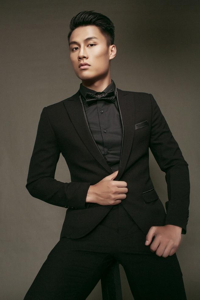 Mac Hong Quan banh bao voi vest va so-mi hinh anh 3