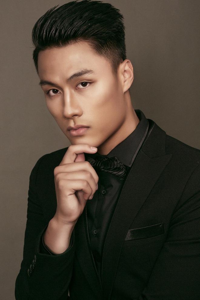 Mac Hong Quan banh bao voi vest va so-mi hinh anh 4