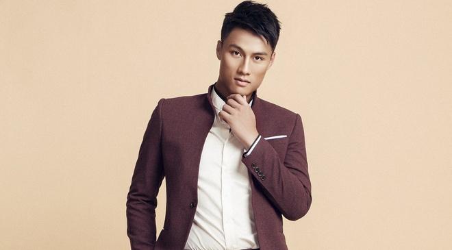 Mac Hong Quan banh bao voi vest va so-mi hinh anh