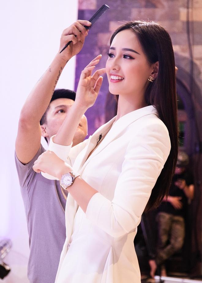 Mai Phuong Thuy mac don gian, di dep le den truong quay hinh anh 4