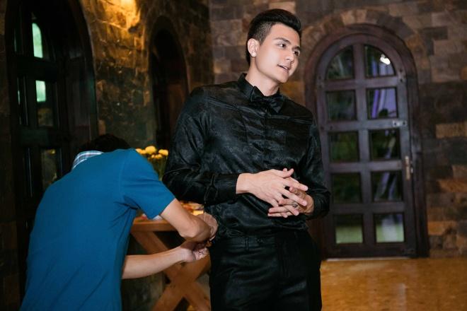 Mai Phuong Thuy mac don gian, di dep le den truong quay hinh anh 8