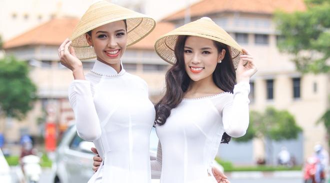A hau Hoan vu 2015 dien ao dai trang dao pho Sai thanh hinh anh