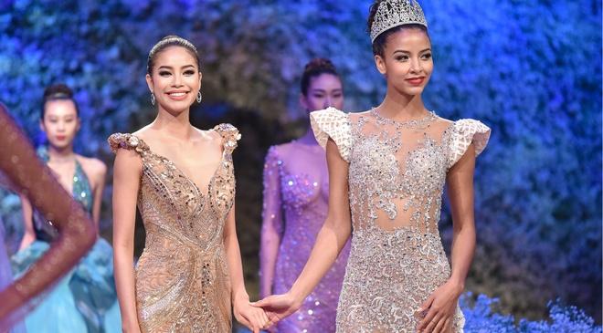 Hoa hau Phap noi bat khi catwalk cung Pham Huong hinh anh