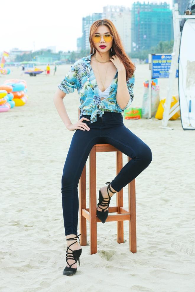 Giam khao Next Top Model casting tren bai bien hinh anh 4