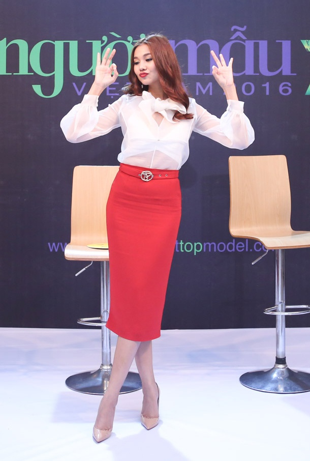 Giam khao Next Top Model casting tren bai bien hinh anh 8