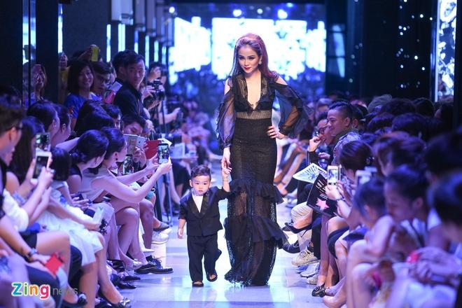 Con trai Diem Huong lan dau catwalk cung me hinh anh 1