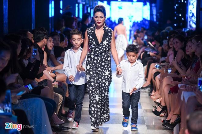 Con trai Diem Huong lan dau catwalk cung me hinh anh 4