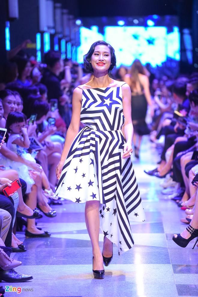 Con trai Diem Huong lan dau catwalk cung me hinh anh 6