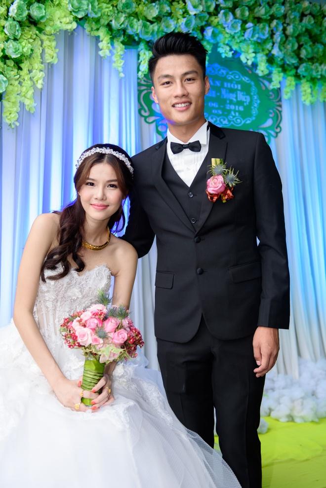 Mac Hong Quan triu men hon Ky Han trong le cuoi o que hinh anh 5