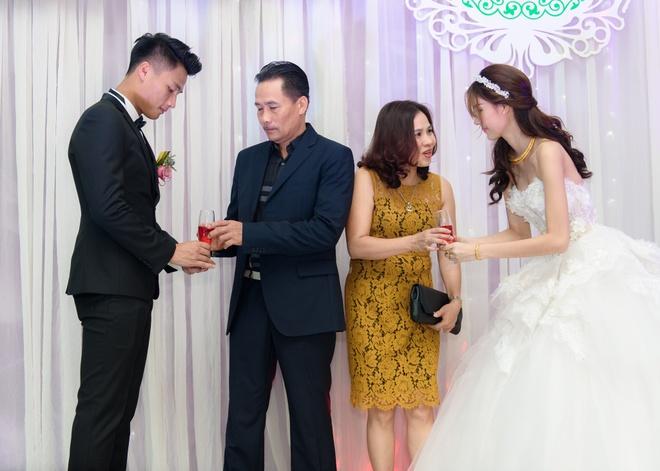 Mac Hong Quan triu men hon Ky Han trong le cuoi o que hinh anh 10