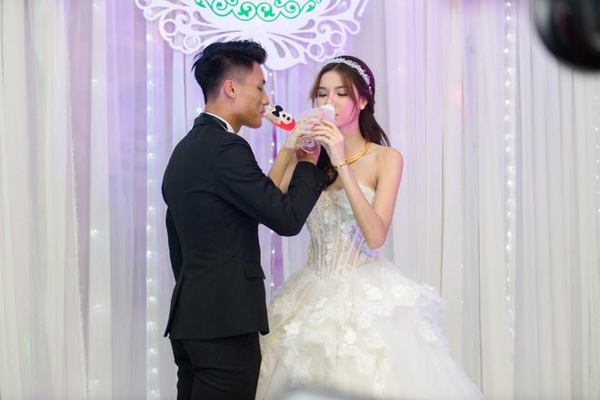 Mac Hong Quan triu men hon Ky Han trong le cuoi o que hinh anh 13