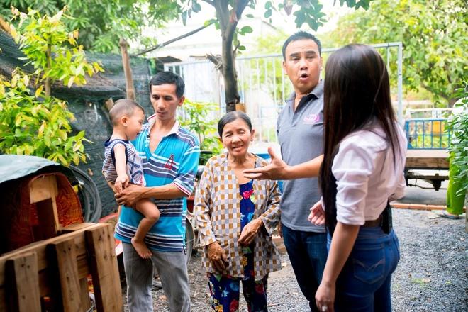 Quyen Linh gan gui khi giup do cu ba nuoi con bi tam than anh 1