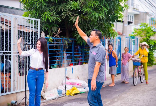 Quyen Linh gan gui khi giup do cu ba nuoi con bi tam than anh 6