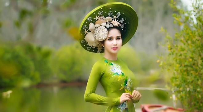 Vo cu Phan Thanh Binh duyen dang trong ao dai sac mau hinh anh