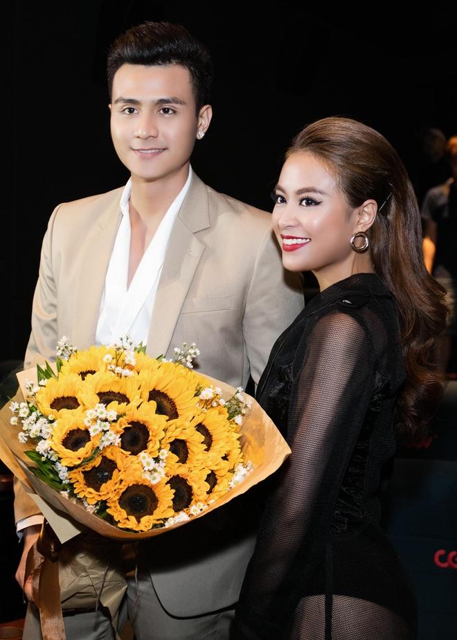 Vinh Thuy hon tran Hoang Thuy Linh o hop bao hinh anh 4