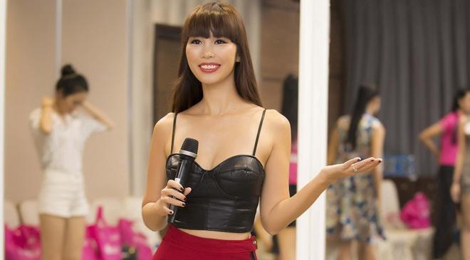 Ha Anh luyen catwalk cho thi sinh Hoa hau Viet Nam hinh anh