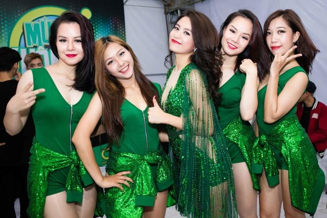 Hoang Thuy Linh mac goi cam chay show Euro o Ha Noi hinh anh 7