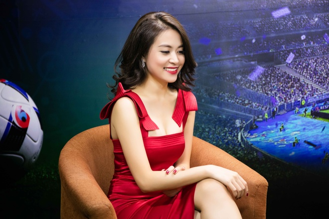 Hoang Thuy Linh mac goi cam chay show Euro o Ha Noi hinh anh 2
