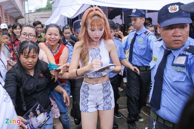 Khoi My bi fan vay chat o show dien hinh anh 3