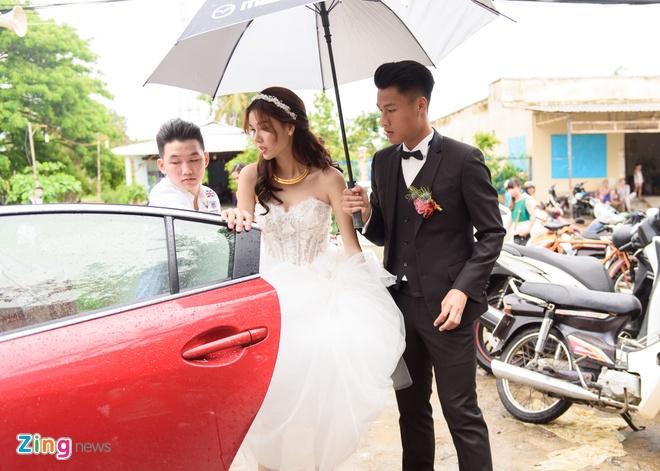 Mac Hong Quan triu men hon Ky Han trong le cuoi o que hinh anh 1