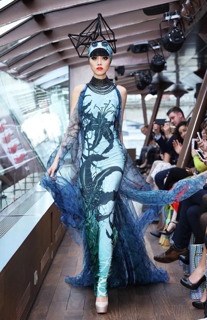 Jessica Minh Anh dien thoi trang tren du thuyen o song Seine hinh anh 2