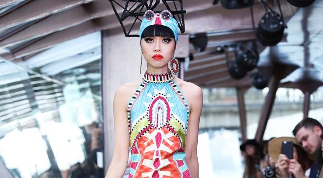Jessica Minh Anh dien thoi trang tren du thuyen o song Seine hinh anh