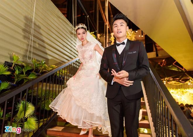 Mac Hong Quan lien tuc hon Ky Han trong le cuoi hinh anh 2