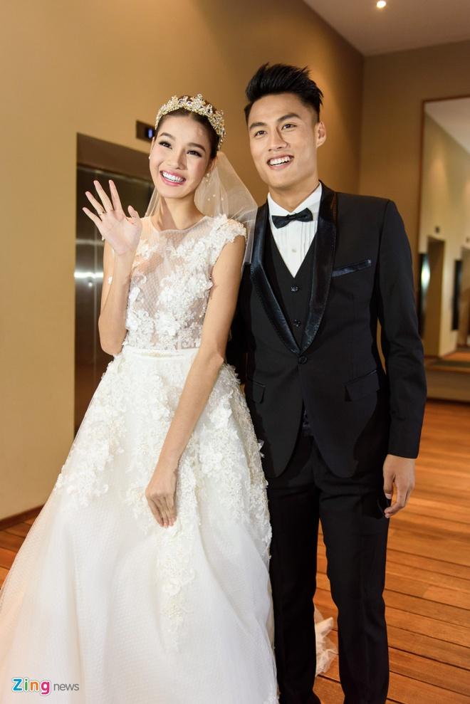 Mac Hong Quan lien tuc hon Ky Han trong le cuoi hinh anh 3