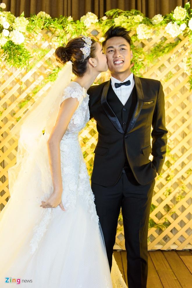 Mac Hong Quan lien tuc hon Ky Han trong le cuoi hinh anh 4