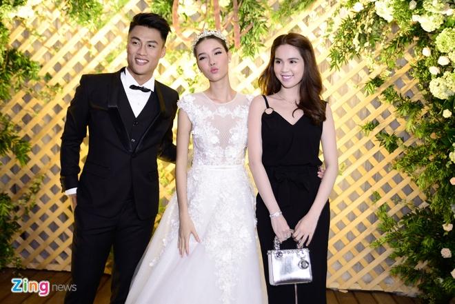 Mac Hong Quan lien tuc hon Ky Han trong le cuoi hinh anh 8